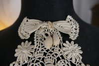 1 antique jabot 1905