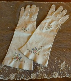 antique-embroidered-gloves