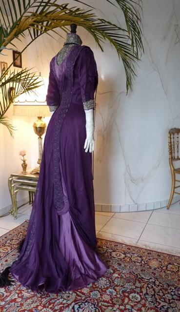 Jugendstil Dinner-Kleid aus purpurfarbener Seide, ca. 1912 ...