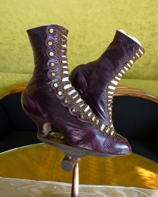 Elegant Evening Boots, ca. 1904 - www.antique-gown.com
